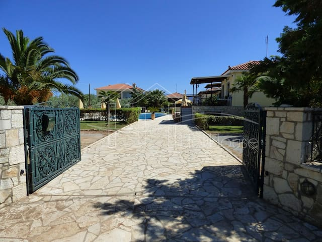 """HERA"" Spacius residence with pool near the beach - Paralio Astros - Apartemen"