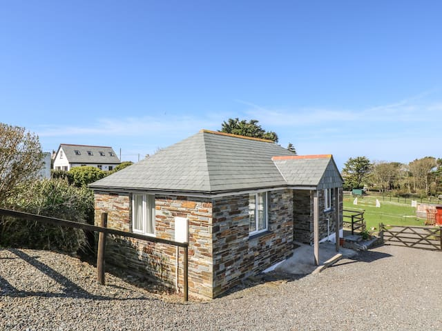 SUNSET COTTAGE, romantic, with a garden in Tintagel, Ref 918337