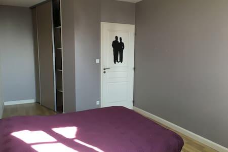 Grande chambre dans maison de ville - Chalon-sur-Saône