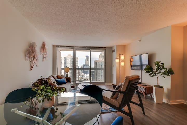 City/lake view suite w/ balcony perfect for couples! Pool & gym! Dogs OK!