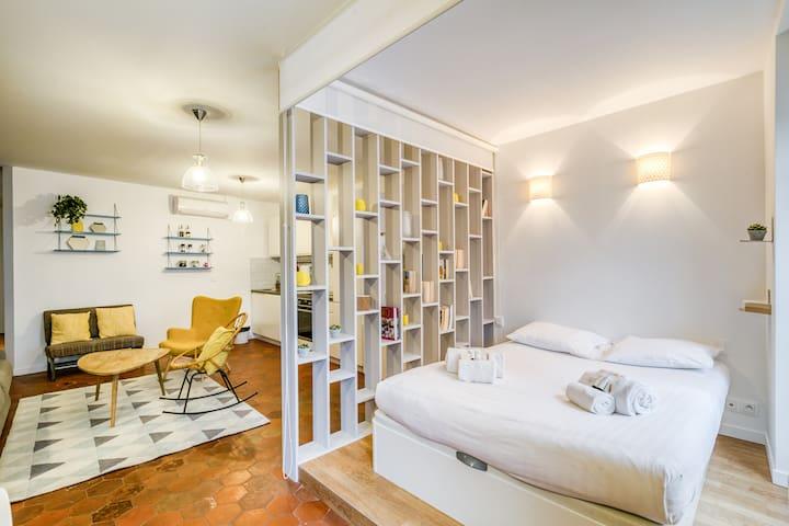 Lit double avec store pour un maximum d'intimité.   Double bed with awning for maximum privacy.