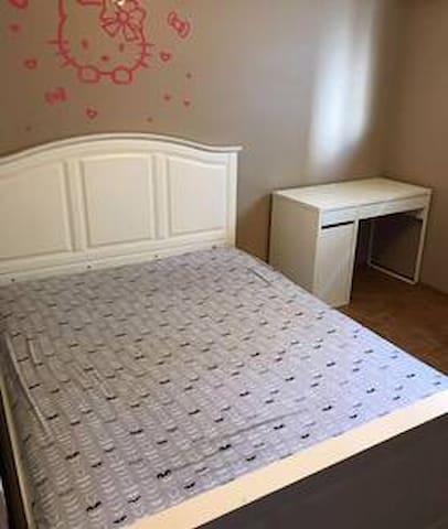 L2 comfortable Queen Bedroom