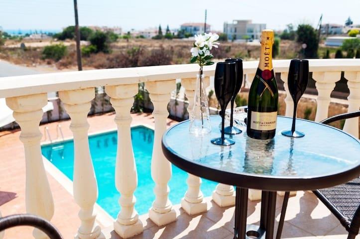 Luxury 5 bed Villa Thana near Nissi - Ayia Napa - Hus