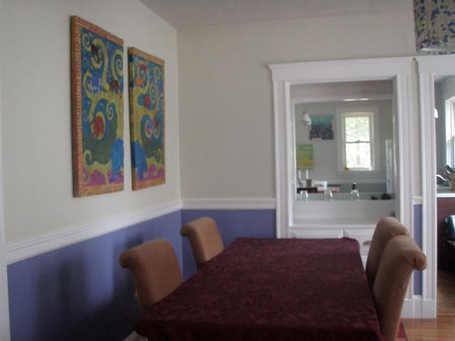 Large sunny 4 BDRM  - great for kids and pets - Belmont - Huis