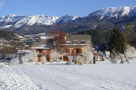 Appart tout confort à la montagne-terrasse-jardin - Seyne - Huoneisto