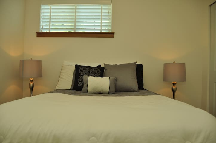 Plush Bedroom in Contemporary House - Lynnwood - Dom