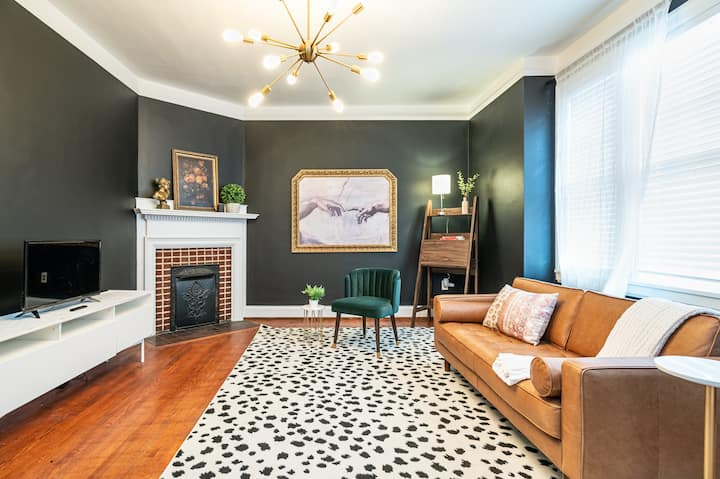 Clean & Eclectic Downtown Historic Stay