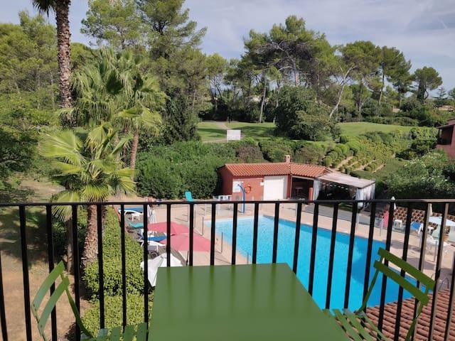 Appart avec vue sur la verdure du golf et piscine