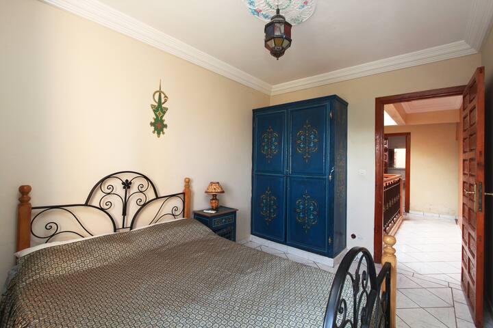 Photo à partir de la  fenêtre de  la chambre à coucher avec vue du hall.