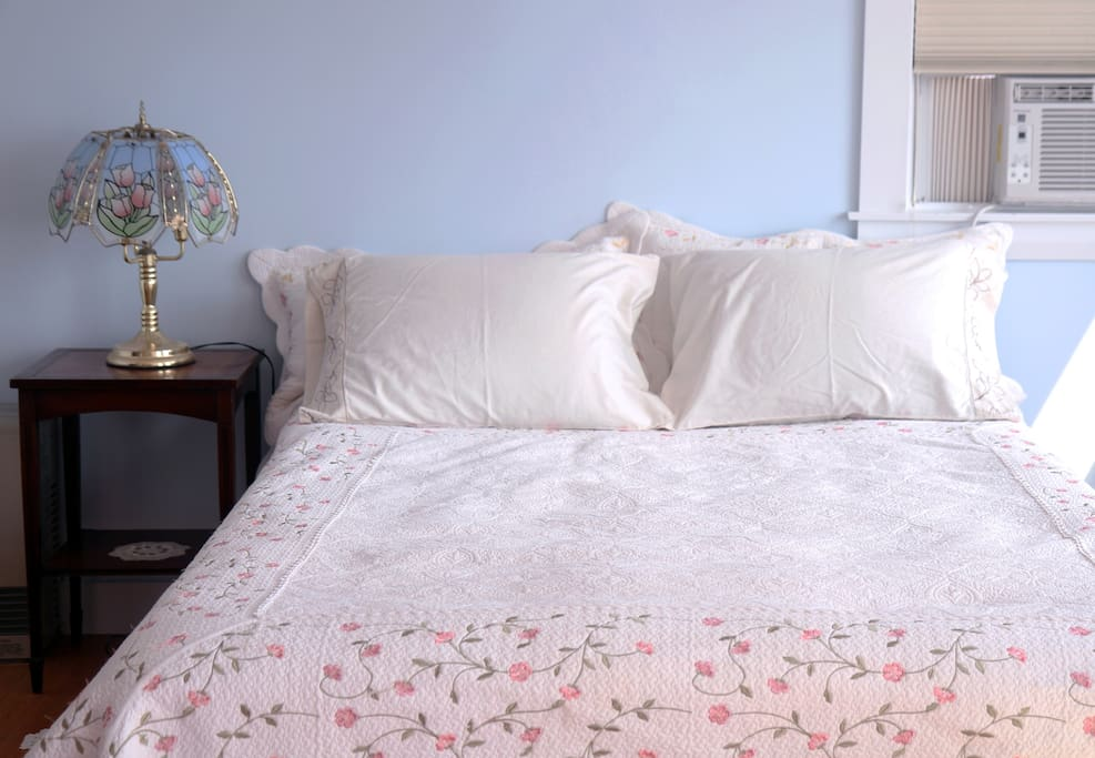 Blue Room: comfortable queen-size bed with fresh cotton sheets