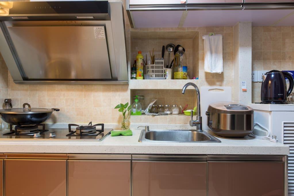 厨房,基本设备和调料一应俱全