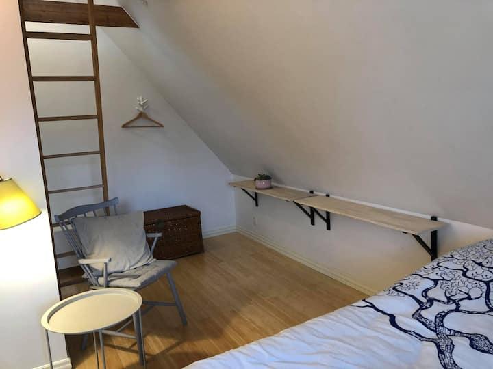 1. sal med to værelser og egen altan.