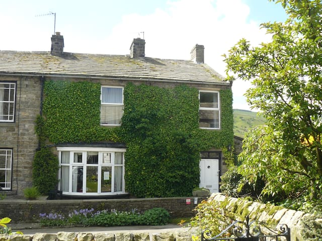 Farmendon, roomy cottage in lovely Swaledale