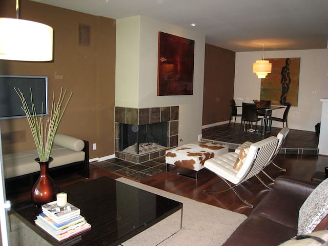 Lux 2bd/2ba Condo 5 blk from beach with parking!