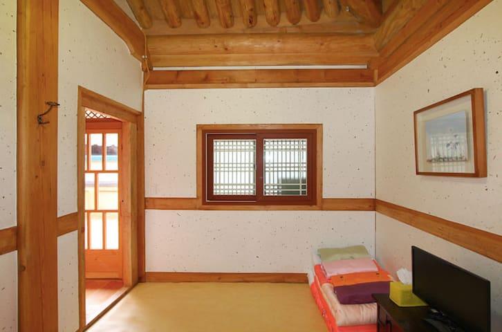 채송화, 오목대 인근의 전통 한옥 체험 숙소 예다원 4인실 - Wansan-gu, Jeonju - Bed & Breakfast