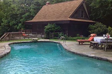 Lake Waramaug  cottage with a pool. - Washington