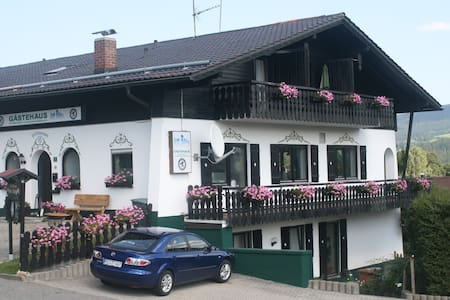 Gaestehaus Am Berg - Bayerisch Eisenstein - ที่พักพร้อมอาหารเช้า