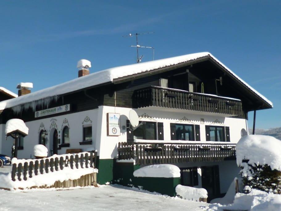 Gaestehaus am Berg in winter