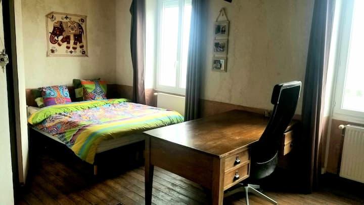Grande chambre privée avec bureau et télé et wifi