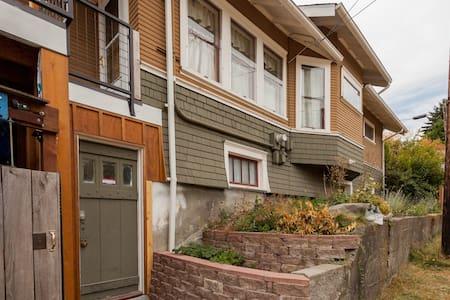 Light Basement Apt by UPS Superhost - Tacoma - Apartment
