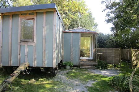 Huck's Cosy Cabin - with wood burner! (sleeps 6)