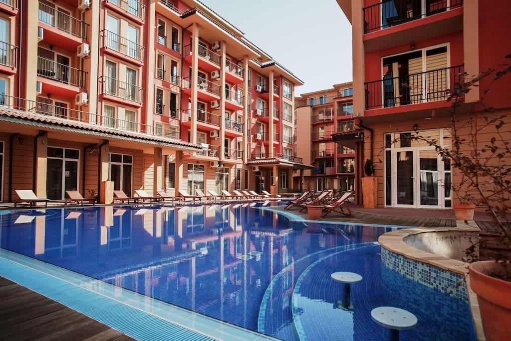 Вид на комплекс с большим бассейном