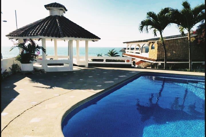 Casa Frente al Mar / Oceanfront Villa with pool