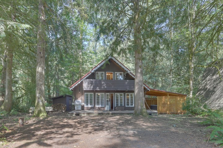 Quiet chalet w/ private hot tub, lots of space, and convenient location!