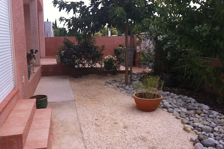 Villa avec piscine et jacuzzi.