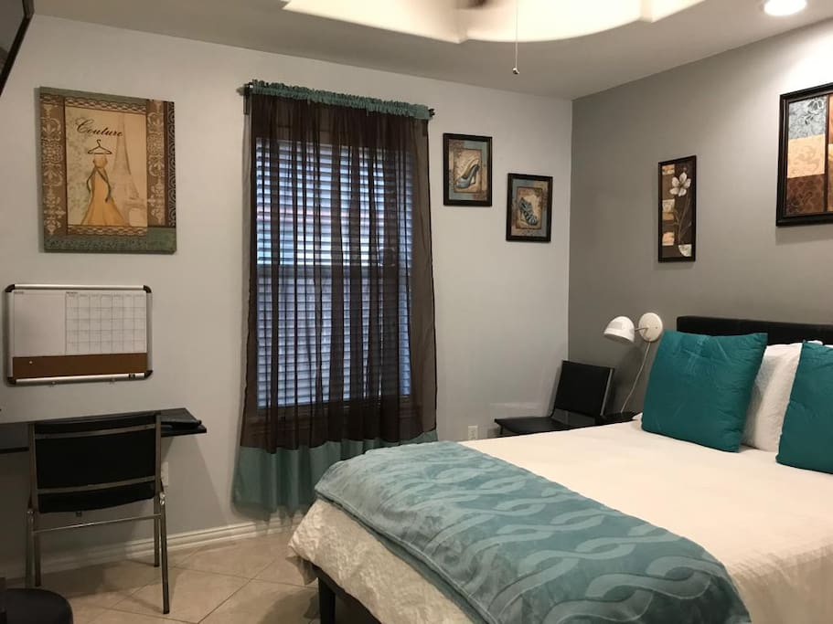 Great room with comfy bed, memory foam mattress.