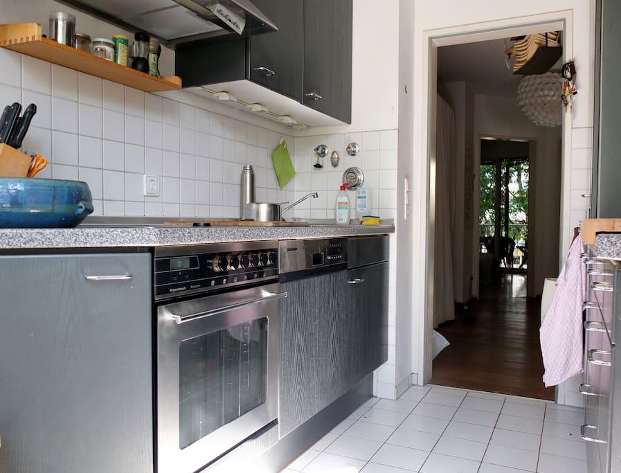 gut ausgestattete Küche mit Geschirrspüler