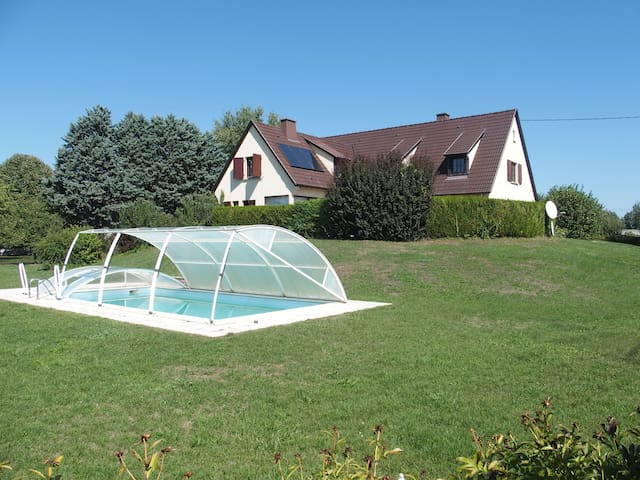 House, 5 bedrooms, + heated pool, sauna, jacuzzi