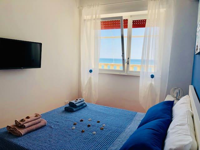 Camera da letto con vista mare, aria condizionata, Smart Tv con accesso a  Netflix gratis, armadio e specchio. E' possibile aggiungere su richiesta un lettino per bambini (0-3 anni).