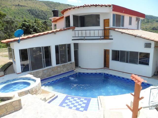 Villa con espectacular vista-Condominio Campestre