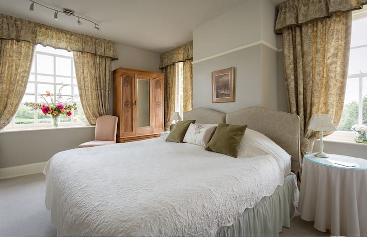 Traditional & Comfortable Cotswolds Farmhouse B&B - Bowers Hill - Bed & Breakfast