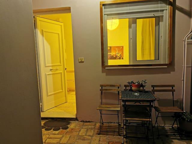 Ανετη γκαρσονιερα με ιδιωτικη αυλη