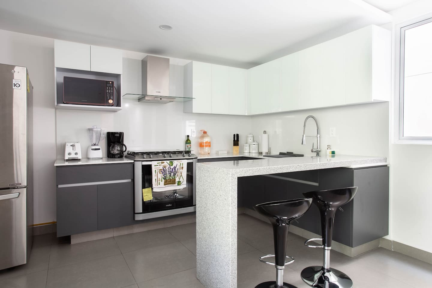 VRBO Mexico City: Modern kitchen with two bar stools for seating