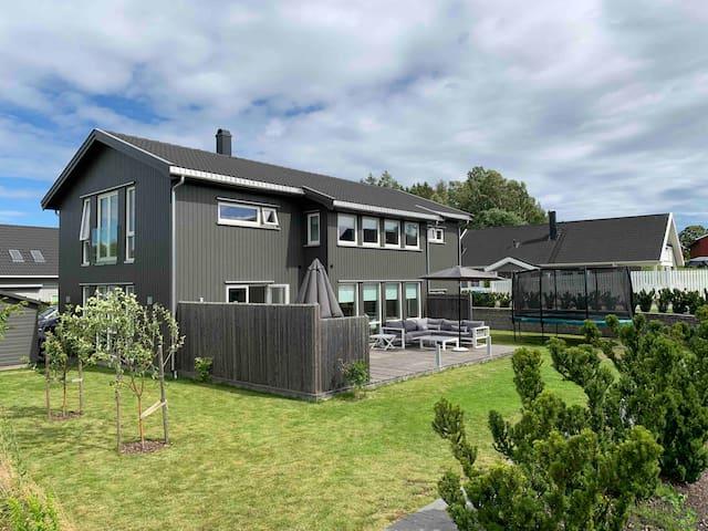 Stort moderne hus, kort vei til sjøen