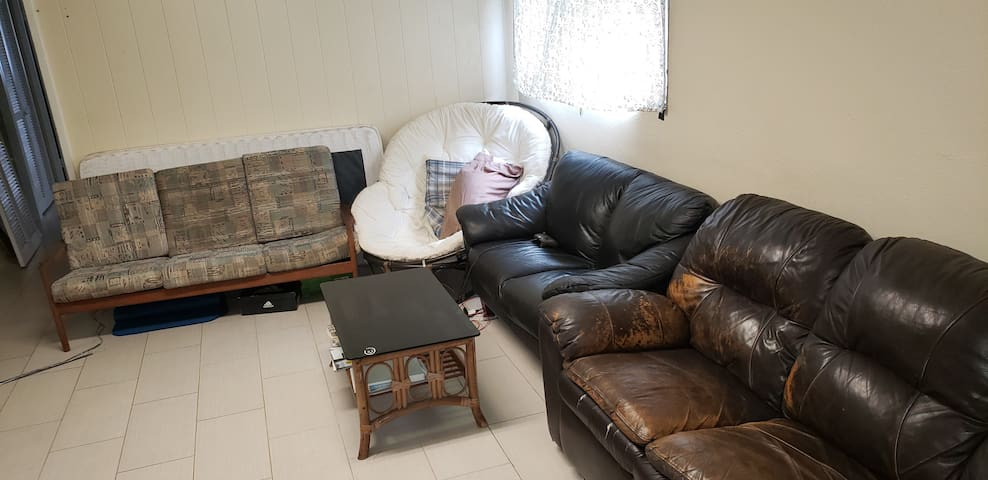 Comfy Couch. Great Location. Close to Waikiki