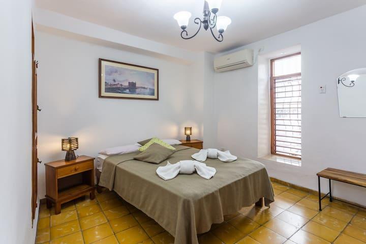 Bedroom 2 (view 1) / Dormitorio 2