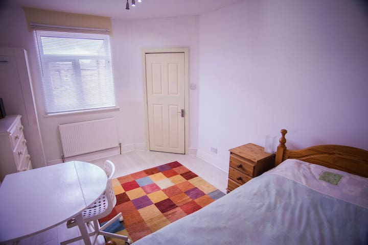 A large, quiet and clean room in a spacious house. - Wigan - Rumah