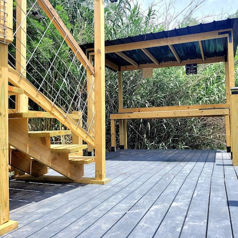 The Rustic Lakeview Lodge is relaxing and quiet with an extra large loft upstairs to sleep 6 guest and 2 bedrooms downstairs to sleep 4 more guest. Masterbedroom offers an amazing veiw of the Lake. Firepit and a New Fish cleaning station/Dock!