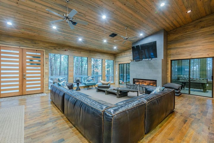 Stardust  High Luxe Cabin on a wooded 2.25 acre lot