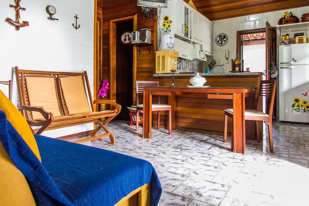 Sala com sofá cama de casal e tv