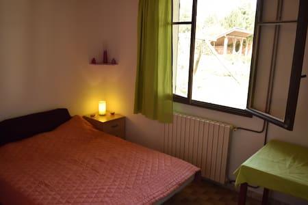 Petite chambre meublée simplement. - Huis