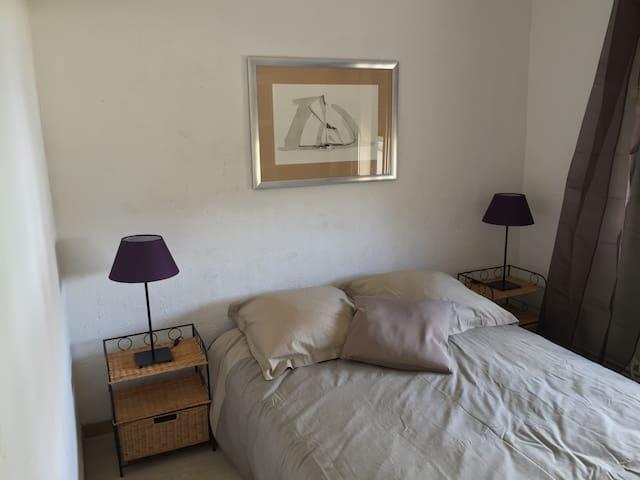 La chambre double, lumineuse et confortable, décorée par une de mes encres de chine de voilier de la coupe america.