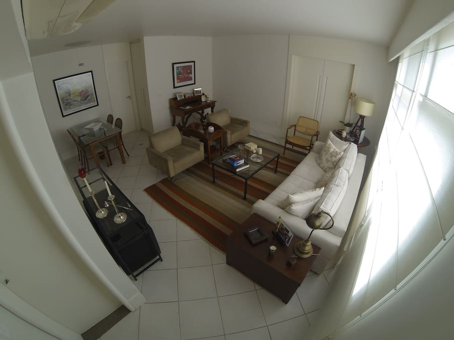 Sala espaçosa e completa em 2 ambientes, com ar condicionado e home theater  Spacious living room and complete in 2 rooms with air conditioner and home theater