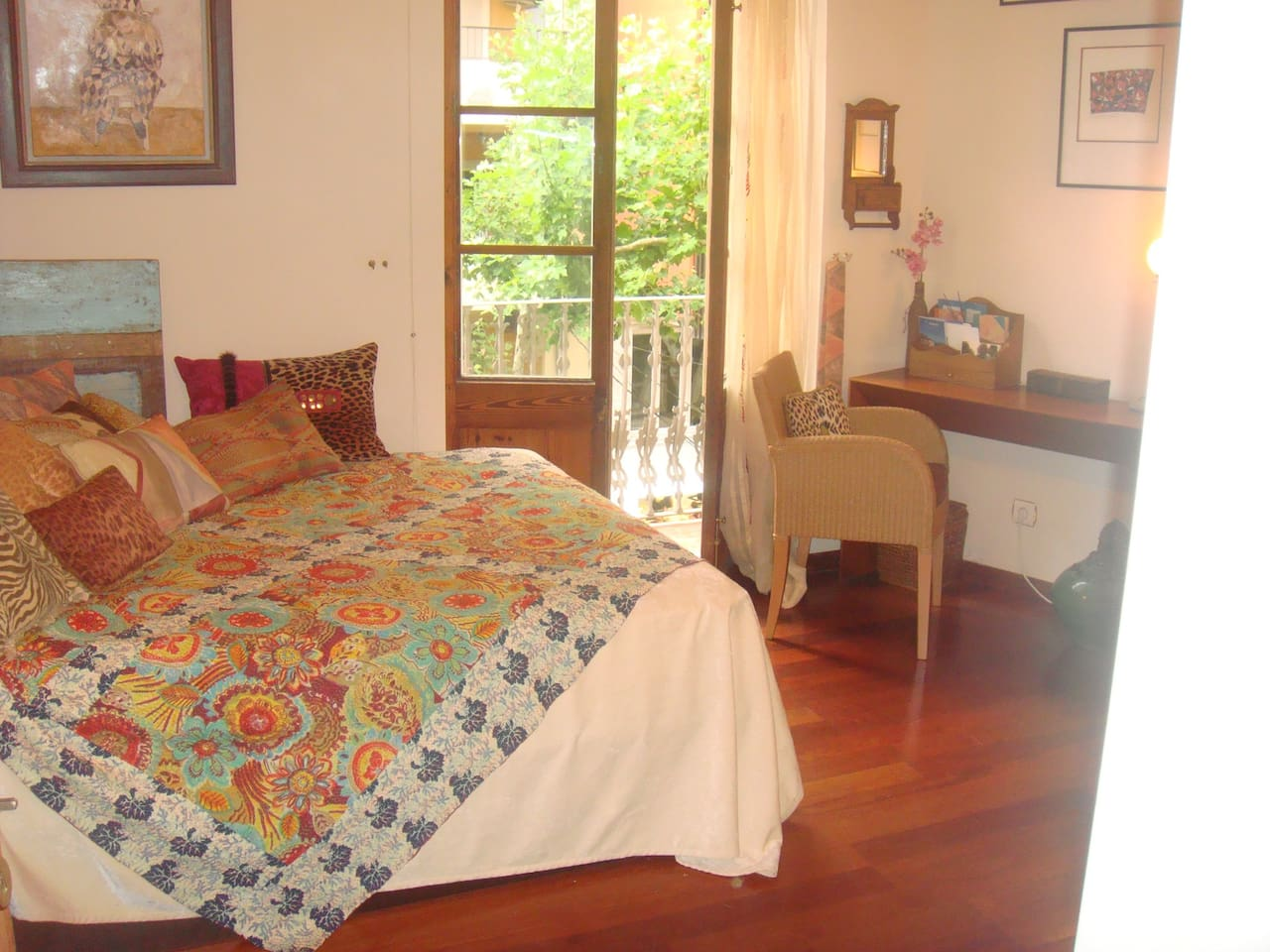 Habitación con techos altos. Spacy room with high ceiling in the center of Denia..all in walking distance..forget about the car..