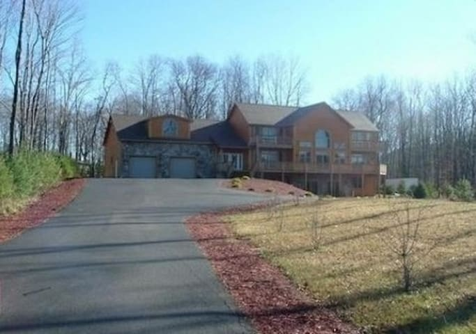 Luxury Vacation Home Sleeps 12 - McHenry - House