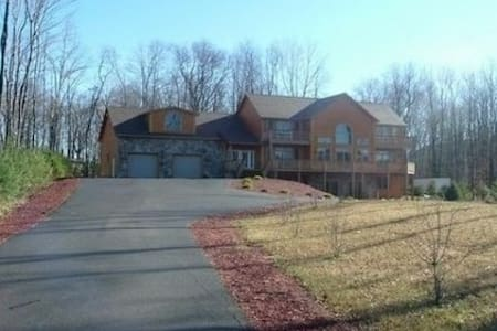 Luxury Vacation Home Sleeps 12 - McHenry